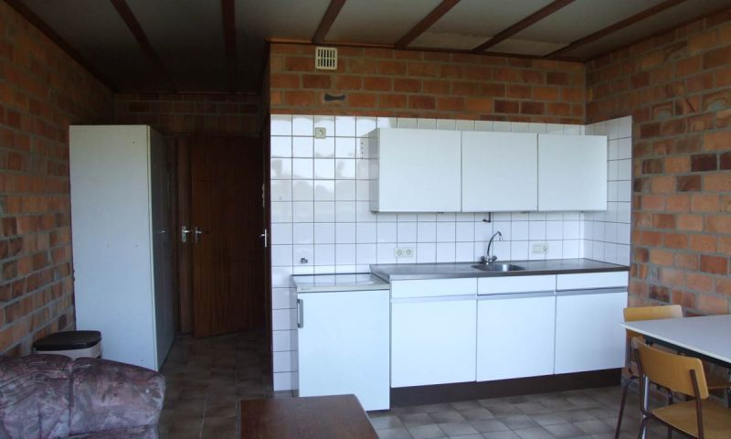 Keukenblok met spoelbak, koelkast en mogelijkheid om koffie en thee te zetten